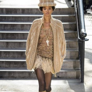 Brown shades, showy jewels, funky hats, Sophie Hallette lace… Marc Jacobs takes his new collection to the streets! Hype hop! #sophiehallette #lace #leaverslace #marcjacobs #aw1718 #hypehop #hiphop #nyfw #fashion #streetstyle #newyork #runway #lurexlace