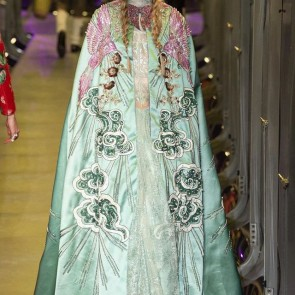 The futuristic garden of Alessandro Michele is a earthly delight… #sophiehallette #lace #leaverslace #riechersmarescot #gucci #alessandromichele #fall17 #fashion #italy #milan #lurexlace #milanfashionweek #mfw #runway #dentelledecalaiscaudry #madeinfrance