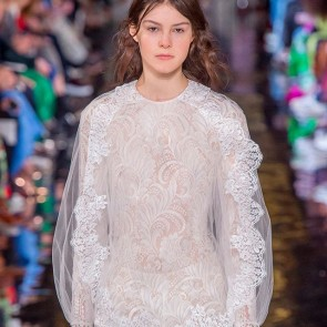 White, fresh and very feminin look at the @stellamccartney show #stellamccartney #pfw #feminin #whitelace #operadeparis #fashion #fashionweek #fashionstyle #leaverslace #dentelle #dentelledecalaiscaudry #madeinfrance