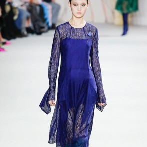 Modern woman in graphic lace @akrisofficial  #akris #sophiehallette #riechersmarescot #PFW #fashionshow #paris #swissfashion #swiss #frenchlace #leaverlace #dentelledecalaiscaudry #madeinfrance