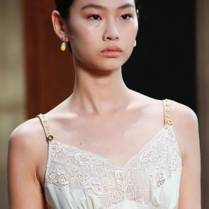 Burberry plays with delicate Sophie Hallette lace trim! So elegant 👏- Spring Summer 2019 ! #london #ss19 #defilé #burberry #sophiehallette #lacetrim #dentelle #lace #madeinfrance #history #dentelledecalaiscaudry