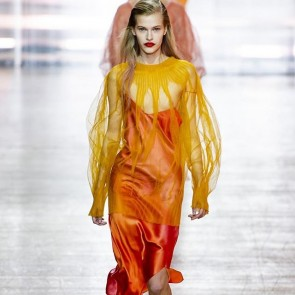 Défilé SS19 Poiret! A look full of color, freshness and brightness which will tone up your summertime dress! Amazing 👏👏#poiret #proud #dentelle #tulle #lace #colorful #orange #amazing #ss19 #catwalk #sophiehallette #dentelledecalaiscaudry #madeinfrance