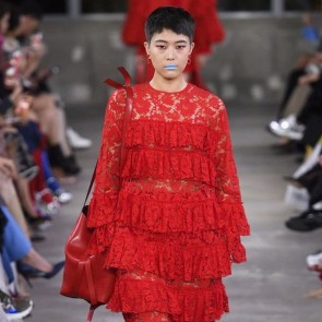 « A dialogue between perfection and imperfection » The pré-fall 2019-2020 by Pierpaolo Piccioli – Valentino 👏#dentelle #riechersmarescot #lace #strip #valentino #red #blue #sophiehallette #prefall #tokyo #dentellefrançaise #dentelledecalaiscaudry #madeinfrance