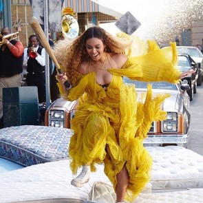 Friday Mood with Beyoncé wearing this @roberto_cavalli dress with our yellow tulle on the set of Hold Up 💃💛 .  #dentelle #dentellefrancaise #lace #sophiehallette #dentelledecalais #dentelledecalaiscaudry #madeinfrance #potd #robertocavalli #beyonce #holdup #lemonade #fridaymood #tulle