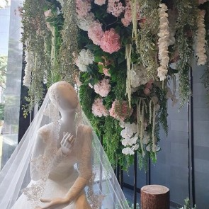 « The art of Romance » with our lace by @cleliac displayed at the Four Seasons Hotel in Seoul 👰✨ .  #dentelle #dentelledecalais #dentelledrcaudry #dentelledecalaiscaudry #dentellefrancaise #frenchlace #madeinfrance #sophiehallette #lace #wedding #Weddingdress #bride #bridaldress #robedemariee #fourseasons #seoul