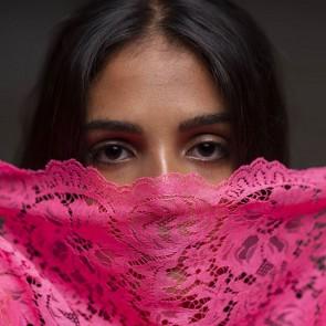 Un renouveau en dentelle #sophiehallette #dentelledecalaiscaudy #dentelleleavers #caudry #india #fluo #protectyourself #pink #shooting